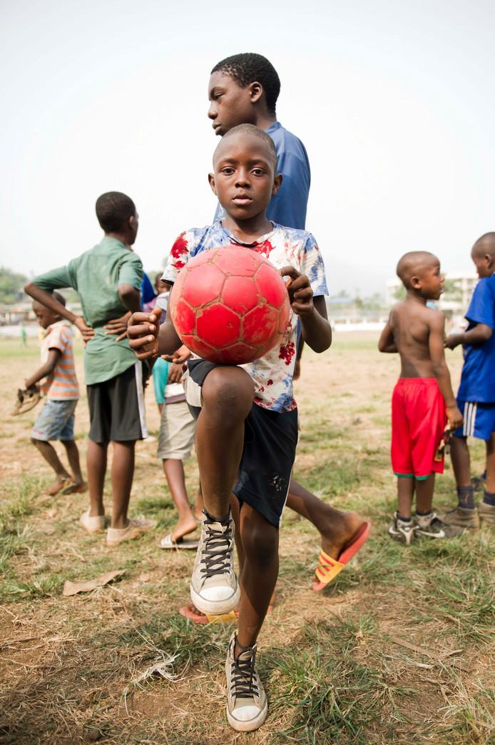 Jongens op de voetbalschool in Kameroen.
