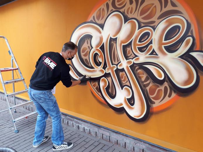 Bart de Ruijter aan het werk tegenover Espresso Enzo.