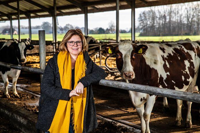 Erfcoach Babke Roeterdink tussen de koeien bij het melkveebedrijf waar ze opgroeide.
