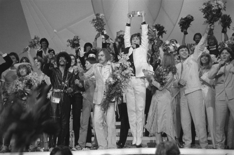 De Ierse zanger Johnny Logan (midden) viert de winst in 1980 in Den Haag. Beeld Nationaal Archief