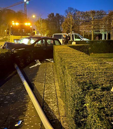Bestuurder wordt onwel achter het stuur en knalt tegen verlichtingspaal