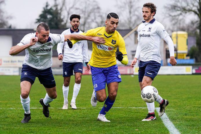 Nassim Asrih (midden) besliste het duel met HSC'21 door de 0-2 binnen te werken namens de bezoekers.