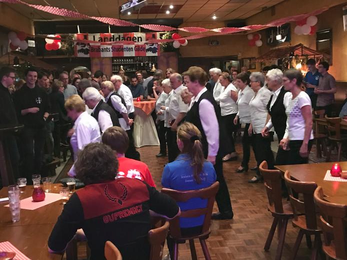 Countrydans The Olde Silver Dancers van KBO Milheeze.