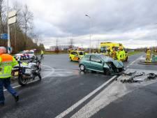 Gewonde bij ongeval tussen vrachtwagen en personenauto op Zutphensestraat in Apeldoorn, weg afgesloten