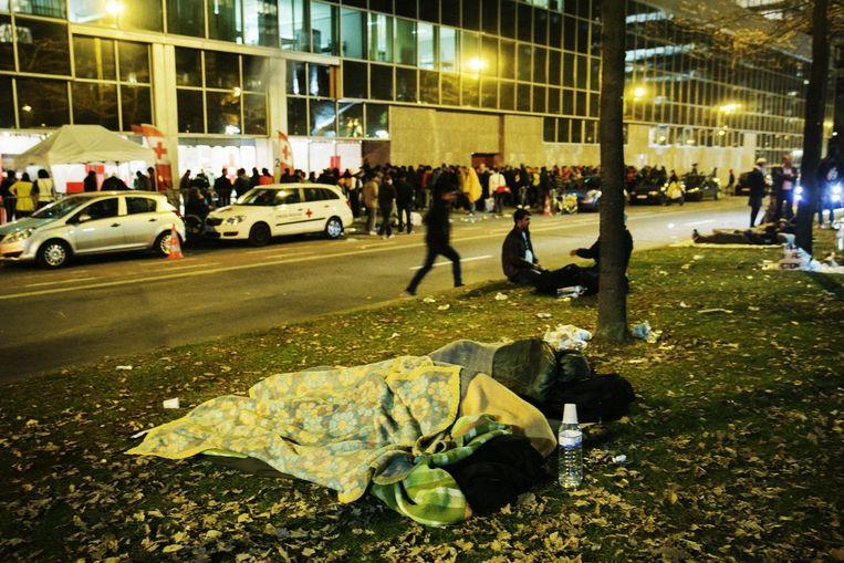 Een lange rij vluchtelingen schuift aan voor de opvang in het WTC III-gebouw. Wie geen plaatsje kon bemachtigen, moest noodgedwongen op straat slapen. Beeld Tim Dirven