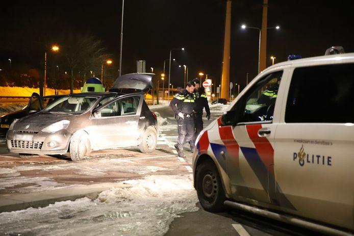 De politie reed één van de auto's met twee verdachten erin klem in Den Hoorn. Ook in een andere wagen zaten twee verdachten.