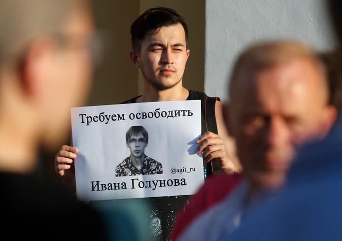 Protest tegen de arrestatie van Goloenov bij het gerechtsgebouw