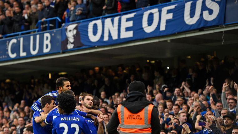 Ivanovic viert zijn doelpunt onder een spandoek waarop de fans meedelen dat ze achter Mourinho staan. Beeld PHOTO_NEWS