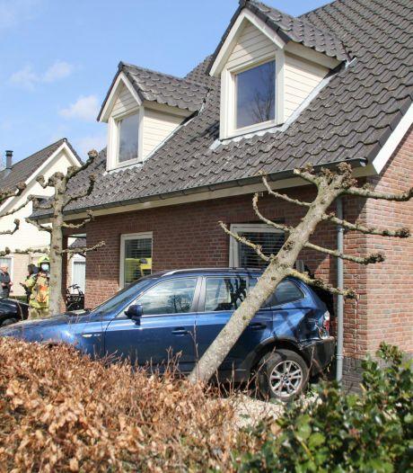 Complete ravage in Nijkerk: man rijdt met auto woning binnen