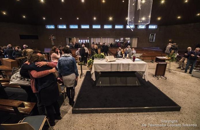 Veel emoties zondagmorgen tijdens de viering waarmee afscheid werd genomen van de Martinuskerk in Losser.