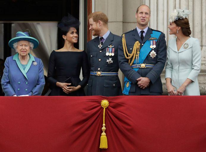 In de zomer van 2018 waren Harry en Meghan nog actieve royals, tussen koningin Elizabeth, prins William en zijn vrouw Catherine.