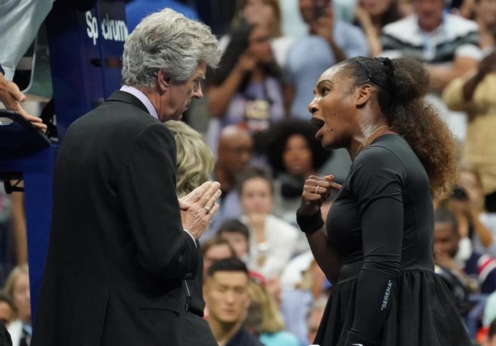 Serena Williams doet haar verhaal bij de hoofdscheidsrechter.
