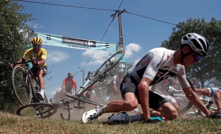Chris Froome op de grond, Greg Van Avermaet kan op de achtergrond nipt zijn fiets ontwijken.