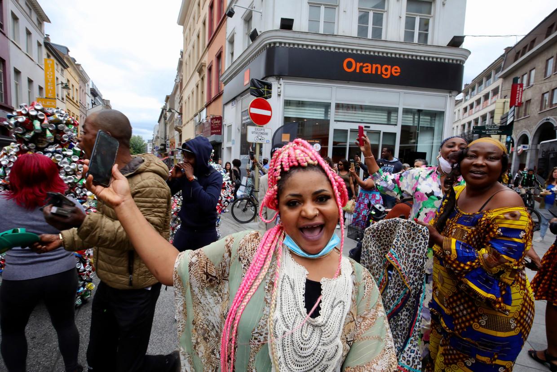Inwoners van de Matonge-wijk vieren de zestigste verjaardag van de onafhankelijkheid van Congo. Beeld AP