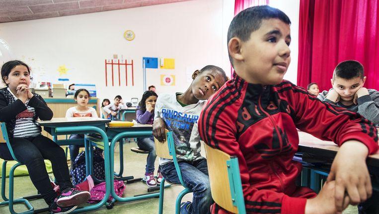 Kinderen van de basis school De Kaap hebben enorm plezier tijdens les van een Schoolschrijver, in dit geval Lydia Rood. Concentratie een uur lang vast houden is best moeilijk, maar het lukt de meesten. Beeld Guus Dubbelman / de Volkskrant