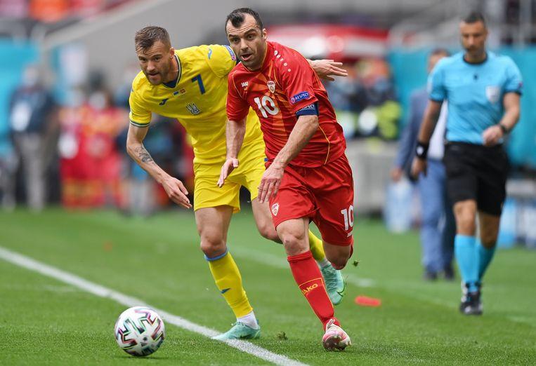 Goran Pandev (rechts) troeft de Oekraïner Andri Jarmolenko af. Beeld EPA