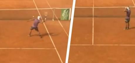 Stoppen slaan door bij tennisser: umpire ontsnapt aan glasscherven