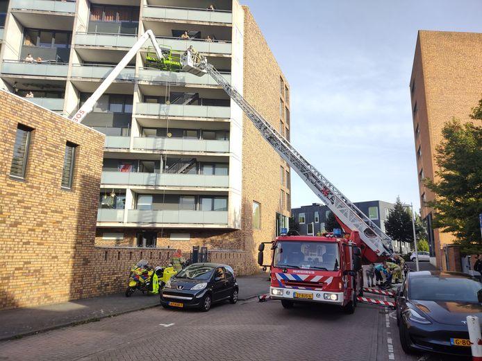 De brandweer heeft de mannen in de vastgelopen hoogwerker veilig naar beneden kunnen halen.