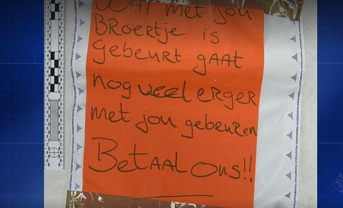 De tekst die de daders achterlieten op het restaurant van een van de bedreigde broers in Ede