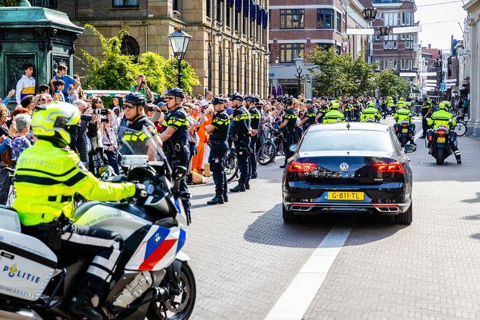 Veel publiek bij vertrek van het Koninklijk paar vanuit Paleis Noordeinde.