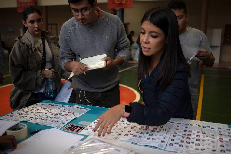 Een vrouw is bezig met het tellen van de stemmen in Guatemala-stad.