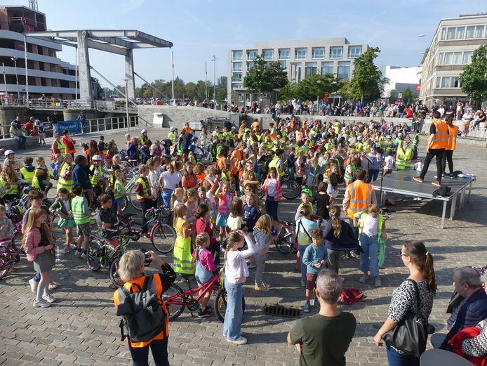 Het fietsbellenorkest van KADE op het Sint-Poppoplein.