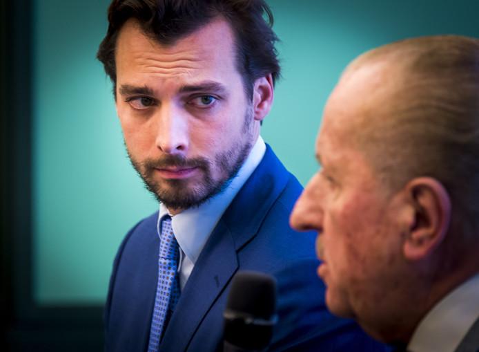 Fractievoorzitter van Forum voor Democratie Thierry Baudet (links) en kamerlid Theo Hiddema (rechts). Hier tijdens de persconferentie naar aanleiding van de aangifte die Baudet heeft gedaan tegen minister Ollongren.