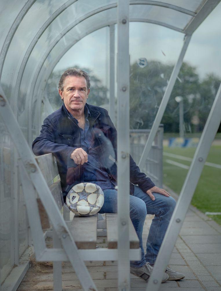 Henk Hoijtink in de dugout op het sportpark van Jong Holland, de voetbalclub in Alkmaar waar hij nu voorzitter van is. Beeld Patrick Post
