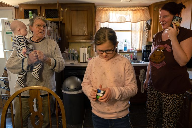Ralph Buddenhagen (82), buurman van Caldwell, met zijn twee achterkleinkinderen en kleindochter Jessie (27). Beeld Eline van Nes