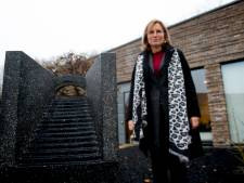 Heerde kan corona herdenken bij het monument dat Astrid Strijbos neerzette bij uitvaartcentrum