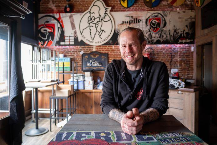 Yves Moors sluit café De Prof en veilt de inboedel.
