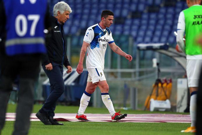 Robin Gosens verlaat het veld na zijn rode kaart tegen AS Roma.