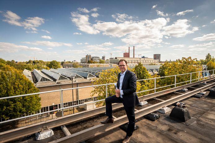 Boudie Hoogedeure van ontwikkelaar GEVA BV op het toekomstige dakterras van het voormalige Glaslaboratorium TY van Philips op Strijp-T in Eindhoven.