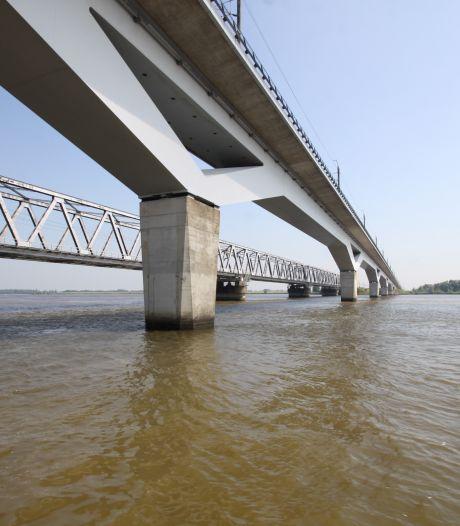 Treinen rijden nog maanden langzamer over de Moerdijkbrug