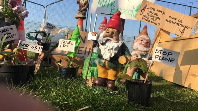 """Tuinkabouters protesteren tegen Antwerpse luchthaven: """"Vliegveld is verlieslatend en uitbreiding illegaal"""""""