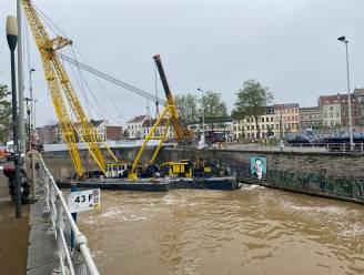 IN BEELD: Twee nieuwe fiets- en voetgangersbruggen geplaatst over kanaal