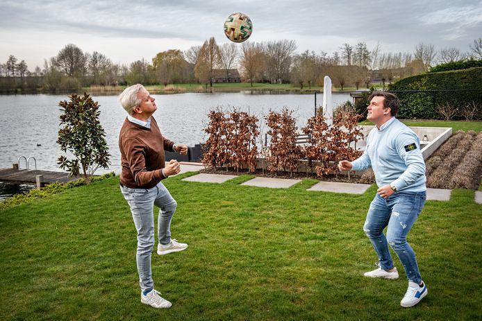 Niek en Pepijn Nelissen houden een balletje hoog in hun tuin in Ewijk. Vader wordt komend seizoen hoofdtrainer van VVLK, zoon assistent-coach.