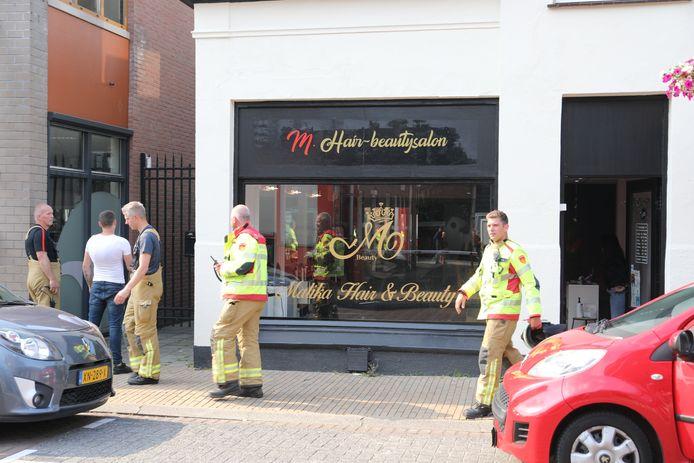 De brandweer heeft de haarsalon in Apeldoorn afgezet.