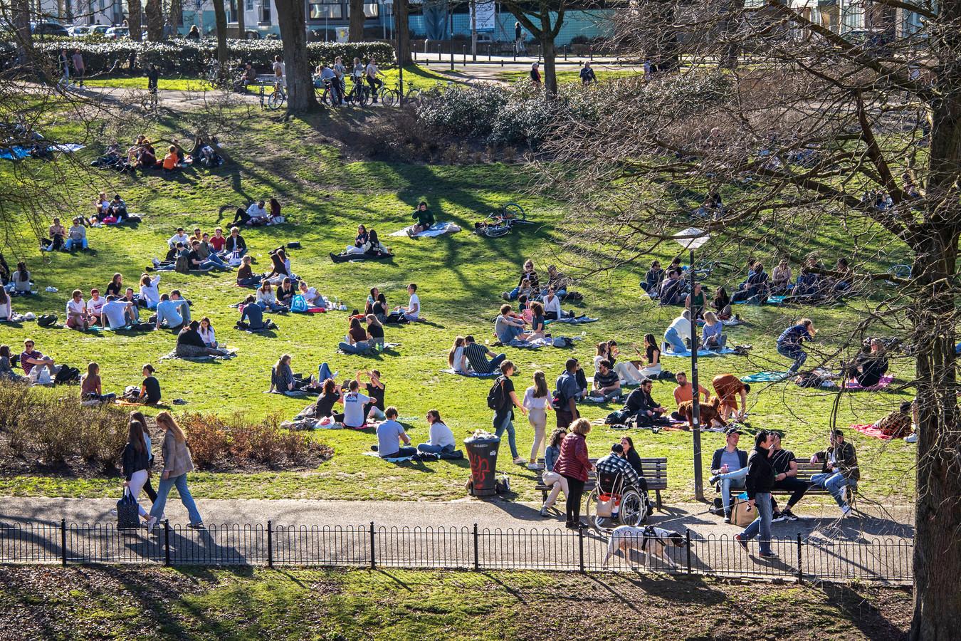 Jongeren zoeken elkaar op in het Kronenburgerpark in Nijmegen.