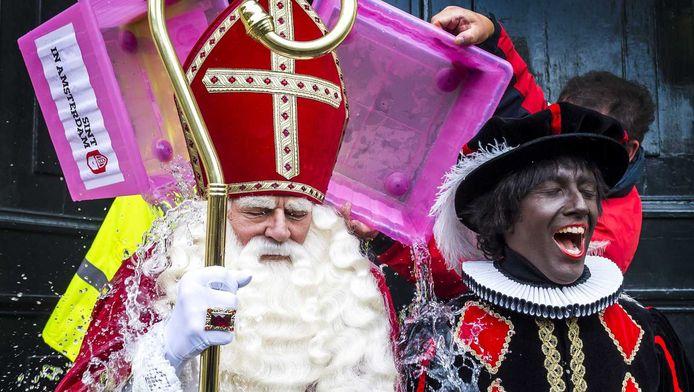 Sinterklaas en Zwarte Piet gaan de ice bucket challenge aan, nadat ze door de burgemeester van Amsterdam Eberhard van der Laan genomineerd waren. Door een bak met water en ijs over jezelf heen wordt er aandacht gevraagd voor de ziekte ALS.