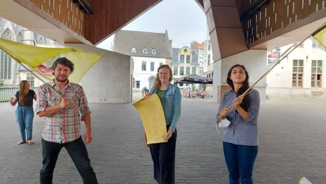 """De Vieze Gasten onthaald onder stadshal met burgermanifest uit de Brugse Poort: """"Laat ons de solidariteit uit de coronaperiode onthouden"""""""