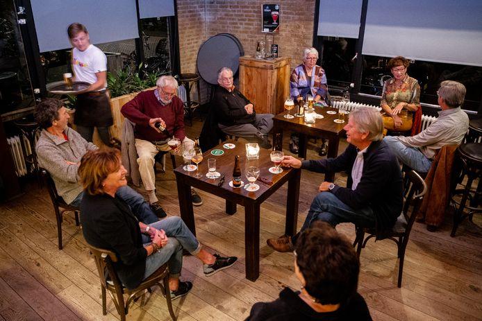 Vaste gasten gisteravond bij café Daan in Winssen.