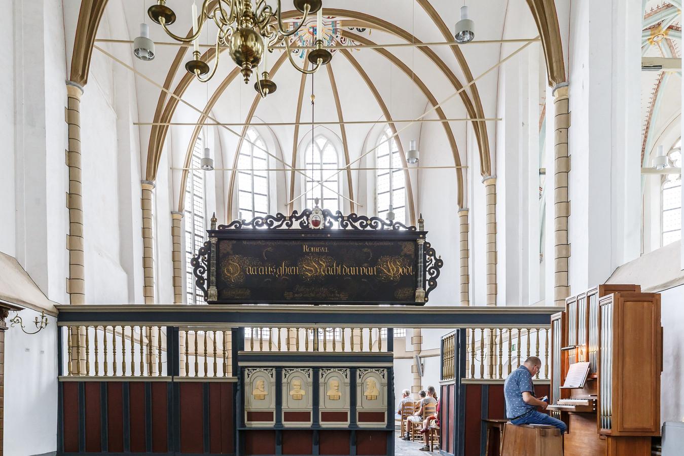 Interieur Grote Kerk of Sint-Clemenskerk met priesterkoor met de vier hoofden van de vier evangelisten.
