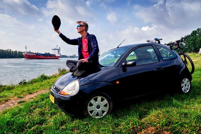 De Zwijndrechtse kunstenaar René Kerkhoven met zijn steun en toeverlaat.