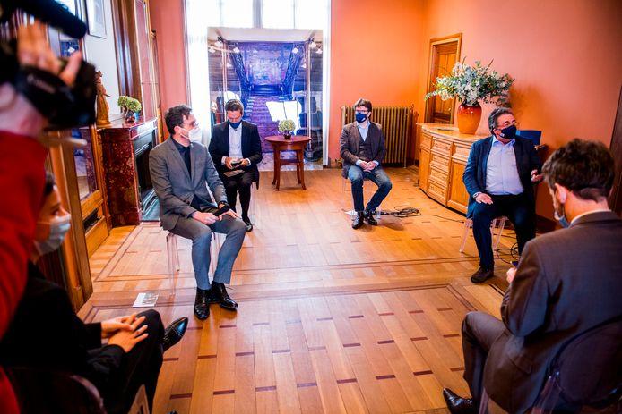 Onder andere Pascal Smet (links vooraan) en Sven Gatz (rechts achteraan) zijn het niet eens met de beslissing.