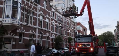 Kat zit klem op dakje aan gevel in Den Haag, luid applaus voor hulp biedende brandweer