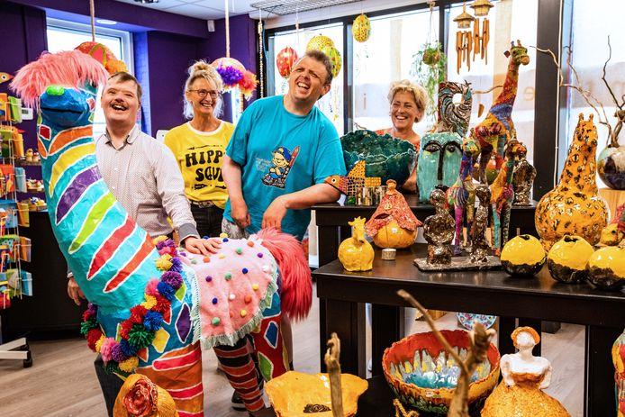 In Holten opent de eerste winkel van ZoZijn zorg dagbesteding met zelfgemaakte kunst en cadeaus van cliënten. Anja ten Have en Sinie Wentink met bril op. Ronnie en Marco met blauw shirt aan.