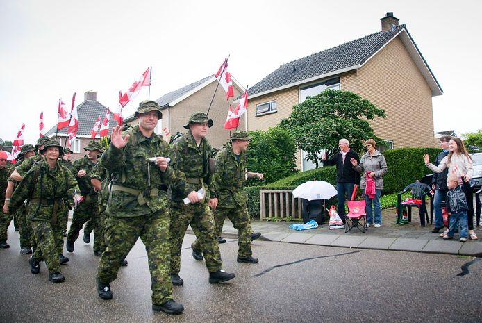 Canadese militairen tijdens de Nijmeegse Vierdaagse.