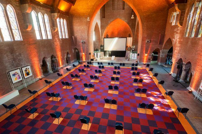 In de voormalige Mariakerk in Vught kunnen op veilige afstand van elkaar honderd mensen afscheid nemen van hun dierbare.