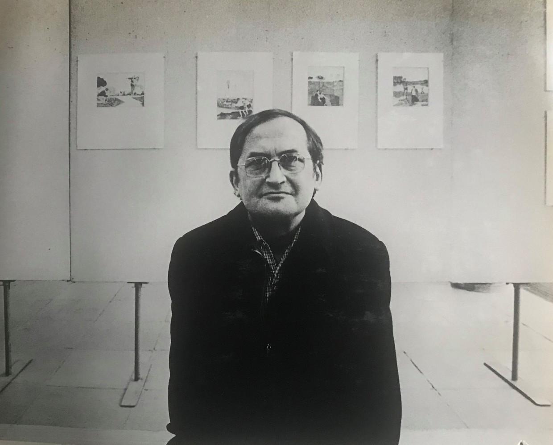 Pieter Hermanides en zijn kunstwerken op de achtergrond